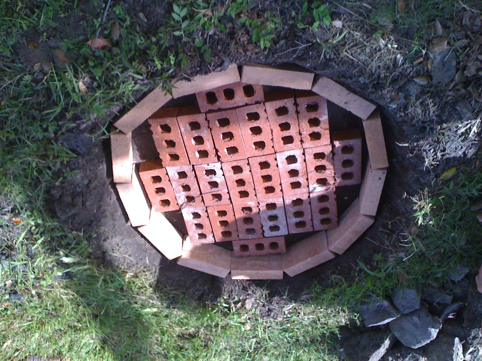 Diy brick fire pit tutorial fire pit design ideas for Brick fire pit construction