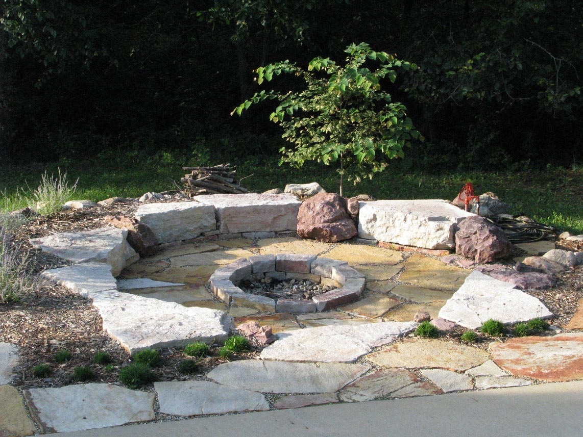 Types of backyard fire pit ideas to suit different for Backyard rock fire pit ideas