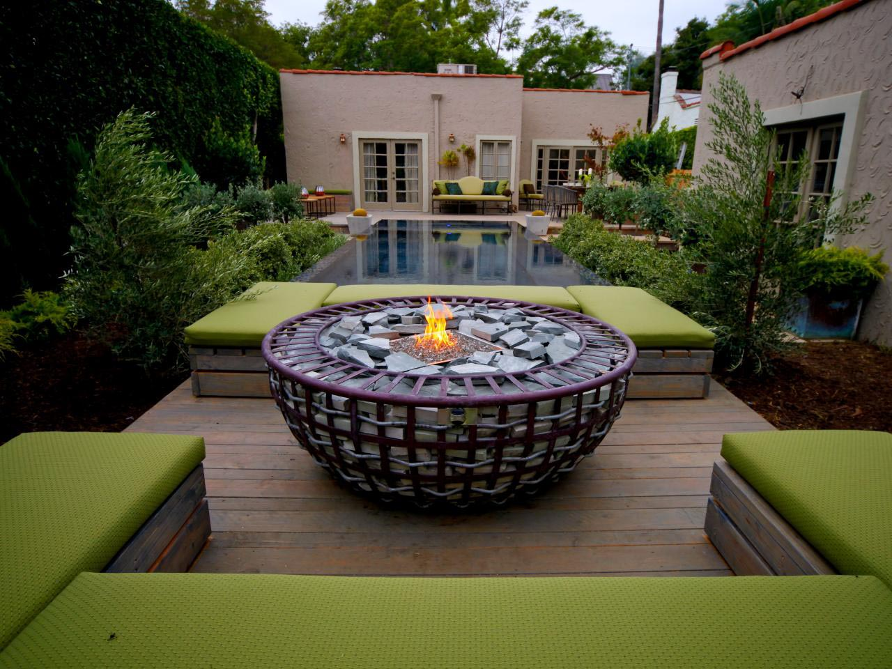Simple backyard fire pit ideas fire pit design ideas for Small deck seating ideas